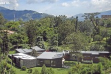 Casa radeada de vegetación / Camilo Restrepo